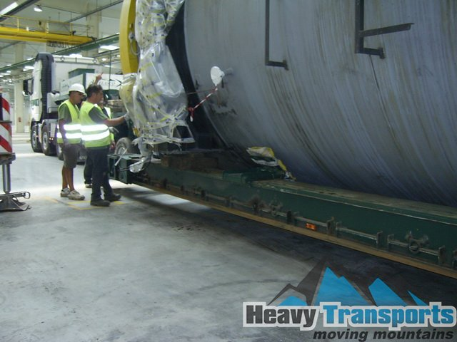 Transport autoclavă din Milano, Italia la Bucureşti, România: container de mari dimensiuni folosit pentru reacţii la temperaturi şi presiuni extreme