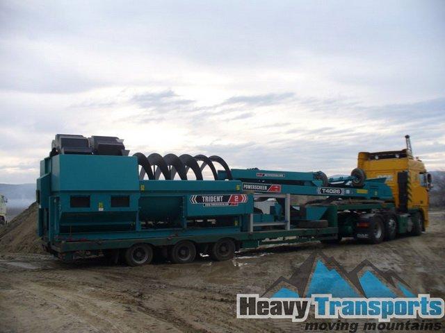 Transportul agabaritic al unei foreze, utilaj pentru construcţii pe traseul Ploieşti, jud. Prahova - Timişoara, jud. Timiş