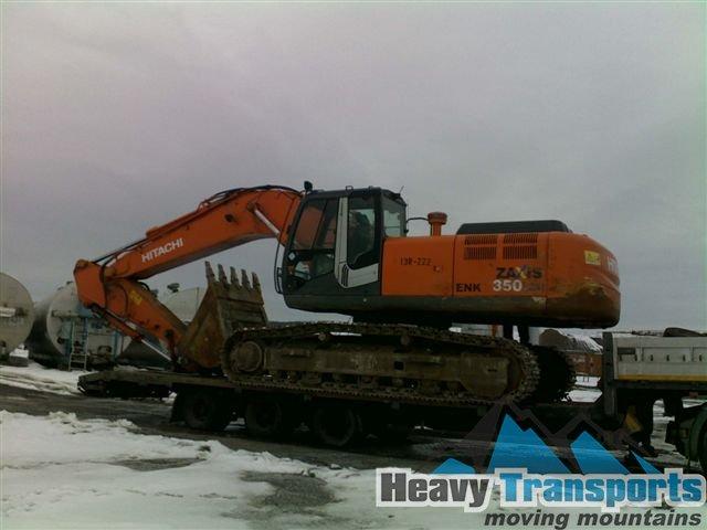 Transport de utilaje pentru construcţii: excavatoare, macara dezmembrată, cilindru compactor, utilaj pentru drumuri, foreză
